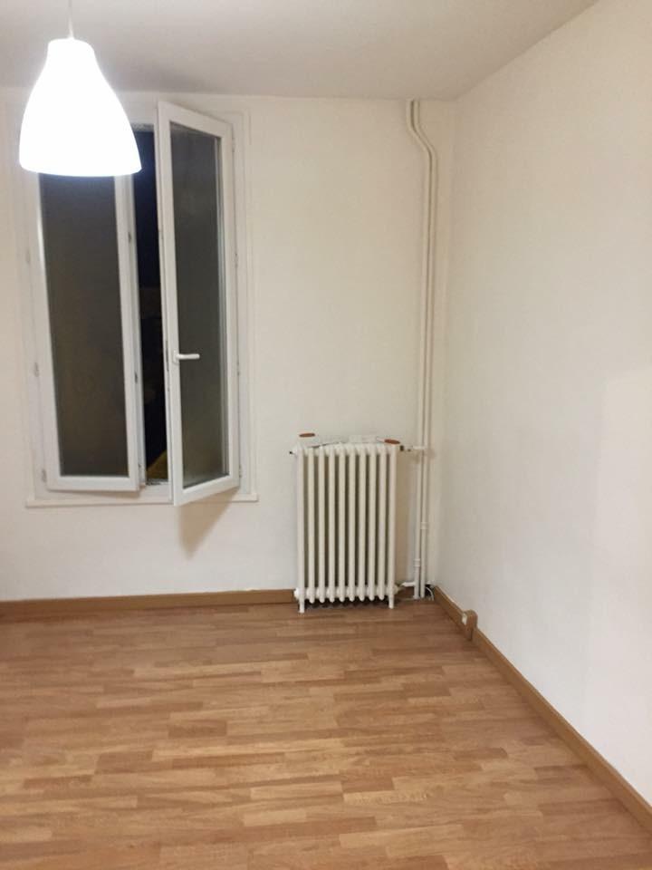 chambre plafond et mur blancs