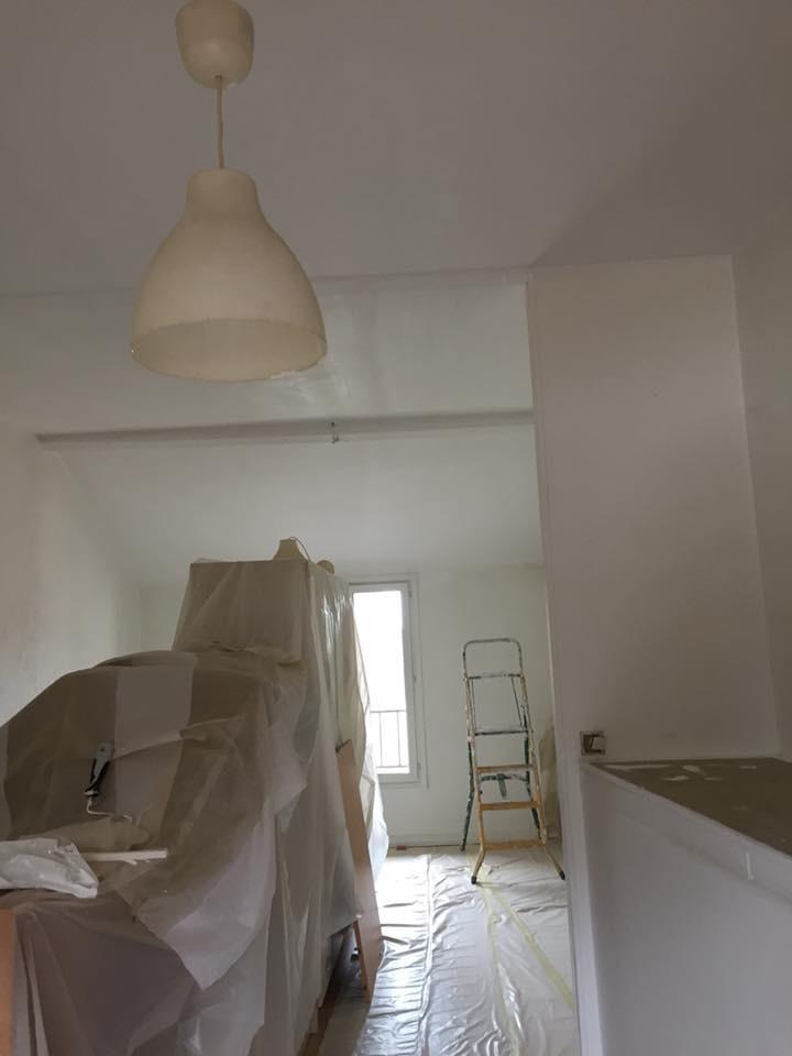 grande chambre plafond et murs blancs. Black Bedroom Furniture Sets. Home Design Ideas